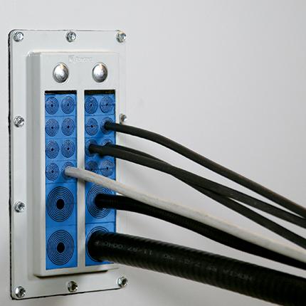 כניסת כבלים דקים וסיבים לציוד ארונות ומארזים